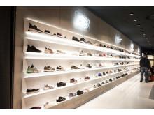 Aktuelle Trends wie die neuesten Sneakers, Athleisure und Streetwear bietet die Sportwelt im Erdgeschoss.