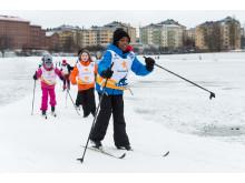 Alla på snö på Gärdet i Stockholm, barn åker skidor.