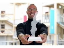 Matts Nyman, inkubatorchef på BizMaker, med den officiella statyetten för Scandinavian Startup Week