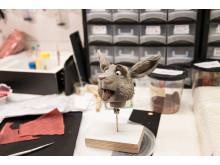 HÅNDLAGET: Bakemester Harepus er inne for justeringer hos Qvisten Animation eget dukkemakeri.  (Foto: TU Story Labs)