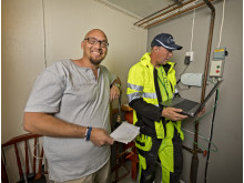 Tomas Rymbacka får hjälp av installatören Jerk Staffansson att få fart på fiberanslutningen