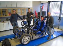 Mikael Nybacka, längst till höger, brevid KTH:s forskningsplattform för ny bilteknik RCV (Research Concept Vehicle). Foto: Matthias Tidlund.