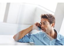3kund pratar i telefon