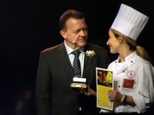Statsminister Lars Løkke Rasmussen overrækker Kathrine Højgaard Pedersen præmie og diplom