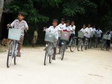 Kambodjanska skolbarn på cykel