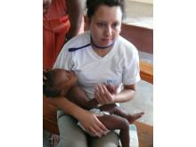 SOS-medarbetare tröstar baby, Santo, Haiti