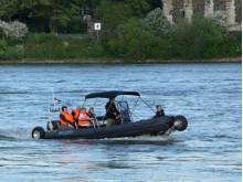 Mit einem Grinsen im Gesicht: Die SEALEGS in Aktion auf dem Rhein bei Kaiserswerth