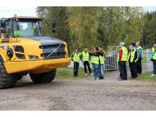 Skoldagarna - elever och Volvo dumper