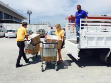Spies-guiderne Alexander Daabeck og Ringa Tiinus fra Spies triller den første portion nødhjælp med bl.a. tæpper og legetøj ud fra lufthavnen på Kos og videre til bådflygtningene i lejren midt på øen.