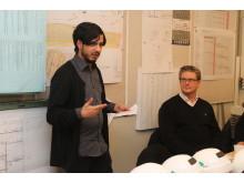 Aidin Zandian pratar på invigningen av Ekedal