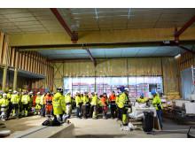 FULLT HUS: Et kranselag markerer at bygget har tett tak. Her fra gymsalen på Hasle