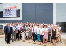 Gruppenfoto mit Gästen vor der neuen Produktionshalle in Singen