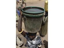Kvinna hämtar vatten i Södra Sudan