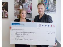 Håkan Jarlenius från Hand in Hand tar emot check från GodEls Facebook-kampanj #vemfårmiljonen