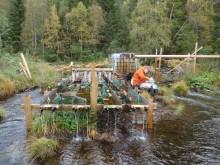 """Forskningseksperimenter utført med en såkalt """"flume"""" - en kunstig renne - der bl.a. vannføring og tilføring av næringsstoffer kan manipuleres."""