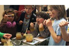 Barn från Kastanjeskolan provar Honungsbaren hos Svenska Bin