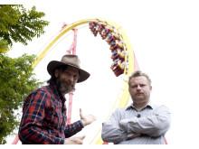 Ola-Conny Wallgren och Morgan Karlsson åker läskiga karuseller i Asien, USA och Europa. Foto: Kanal 5