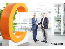 Das C steht für Chance: Niclas Walser und Bürgermeister Michael Wörle beim Gespräch in den Geschäftsräumen.