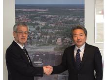 Mitsuru Ueno (till höger) ny VD och koncernchef för Komatsu Forest efter Toshio Miyake (till vänster)