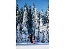 Mor og datter på ski i Kläppen