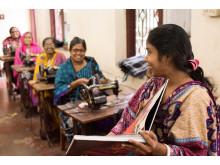 """Det var stor stas da kvinnene så bilder av seg selv i boken """"Pedalkraft"""". Bildet er fra Others sin systue i Jessore, Bangladesh."""