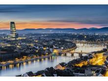 Blick auf die Stadt Basel mit der Mittleren Rheinbrücke, der Wettsteinbrücke und dem Roche Tower