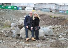 Veronica og Magnus på tomten der drømmeboligen skal bygges.