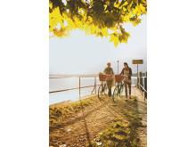 Velofahrerinnen auf dem Bootssteg der St. Petersinsel