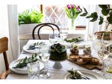 Dekorative Ostertafel mit Kräutern und LECHUZA CUBE Glossy Triple