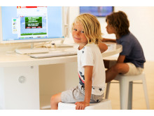 Når børnene ikke tumler rundt i hotellernes swimmingpools, er der rift om computerne. De fleste sikre sig ved selv at medbringe smartphones og iPads.