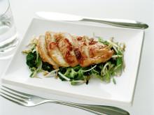 Soja- och honungsglaserade kycklingbröst med råstekt broccoli