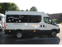 Teksten «Med BIOGASS på tanken» viser at Iveco Daily minibussene er særdeles miljøvennlige.