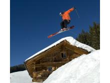 Actionbillede med skiløber