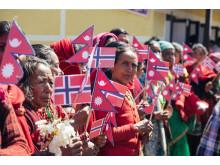 Flagg - Utviklingsminister Nikolai Astrup åpnet Shree Devitar Basic School i Dolakha i Nepal