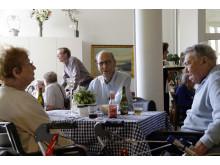 Gode samtaler på tværs af afdelingerne på plejecenteret.