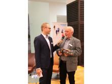 Peter Schmitz (re.) von Fortuna Wuppertal freute sich über den Fairplay-Pokal