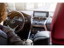 Invändigt märks framför allt att bildskärmen för multimedia har växt till 8 tum (10,3 för tillvalet Lexus Premium Navigation)