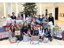 Übergabe der Geschenke im Rahmen der Santander Wunschbaumaktion.