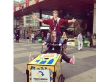 Kulturarbetare cyklar runt i stan och bjuder på sång, dans och skådespel