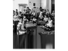 Anne går på en Montessoriförskola 1934. Tillsammans med flera judiska barn som precis som hon har flyttat från Nazityskland.