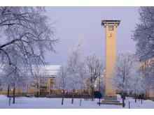 Ett snöigt campus på Högskolan i Skövde