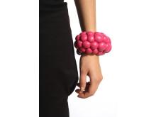 Julie Bach. Big Berry Bracelet, ingår i utställningen From the Coolest Corner.