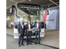 International marketingdirektør hos MAN Truck & Bus, Björn Loose (højre) fremviser den første af i alt 20 MAN Lion's Coach busser til Franz Reindl, president for det tyske ishockey forbund DEB (venstre), og den tyske landsholdstræner Marco Sturm