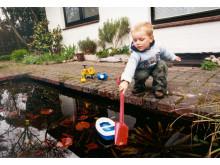 Junge am Gartenteich