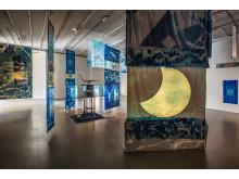 """Edgar Cleijne och Ellen Gallagher, installationsvy """"Highway Gothic"""" (2017), Bonniers Konsthall"""