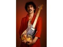 Frank Zappa med Jimi Hendrix sin gitar