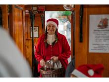 I røg og damp - julemor deler pebernødder ud på veterantoget