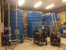 Tvättanläggning interiör (vattentankar):  Tvättsystemet är helt slutet och 98% av vattnet återanvänds, resten fylls på med regnvatten.