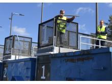 Håkan Ekengren, Styrelseordförande Nacka vatten och avfall och Ältabo inviger officiellt kretsloppcentralen och slänger första avfallet