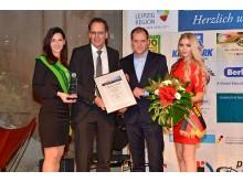 """Volker Bremer (LTM GmbH) überreicht Michael Drotleff (RB Leipzig) den """"Leipziger Tourismuspreis 2016"""". Daniela Undeutsch (Sächsische Weinkönigin 2016) und Soraya Kohlmann (Miss Sachsen 2017) gratulieren"""